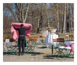 Bild: Keller legt Tischwäsche im Außenbereich auf
